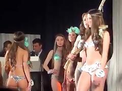 desfile de bellas hembras