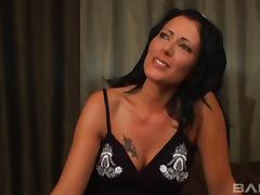 Naughty MILF Zoey Holloway is an experienced cocksucking woman
