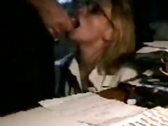 Una secretaria madura haciendo una mamada