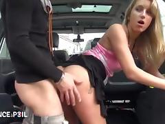 Une bonne sodo dans la voiture pour cette jolie blonde