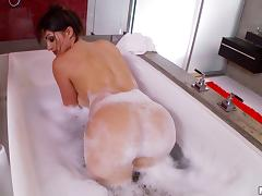 Solo freaky brunette babe dildoing her trimmed cunt in the tub