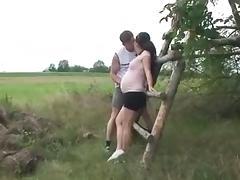 Zwangere meid neukt in open veld