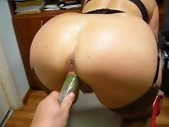 Tarada enfiando pepino