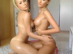 Doua blonde bune se joaca putin!