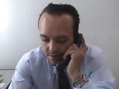 Razz- il suo capo la ricatta per fare sesso