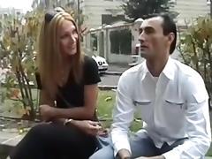 Trans bionda con due uomini