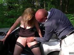 Junge Mutti trifft sich mit Fremden zum Parkplatzsex