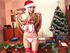 Flamboyant blonde exposing her pussy as a present for the fans