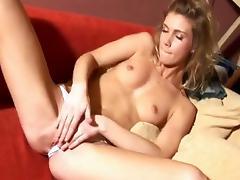 Blondje neukt haar geile kutje