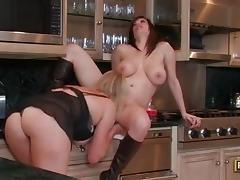 sexo lesbico de mujeres maduras en la cocina