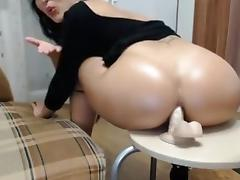 Une marocaine s'empale le cul sur un gode ventouse