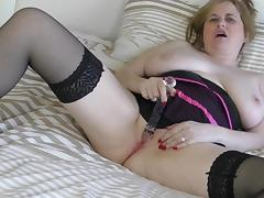 horny kimmy finger-fucks her shaved pussy