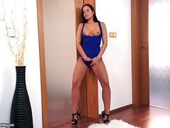 Peeping Sweetie Kari Sweets is a brunette with some nice shapes