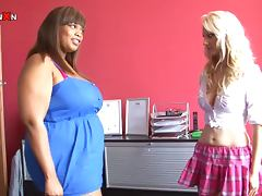 Fat ebony girl starts sweating when blondie fists her