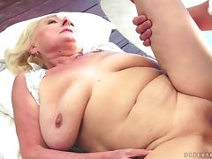 Sila the granny with hanging boobs gets nailed on a bed porn video