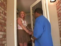 Milf invites her black fucker to her place